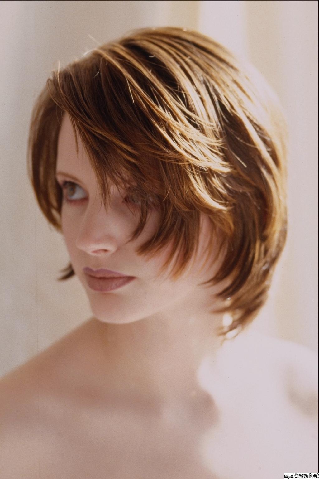 Как выглядит прическа лесенка на короткие волосы фото